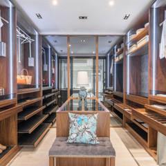 Showroom em Almancil: Cozinhas  por Arrumos - dedicated woodworking & carpentry