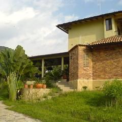 CASA CAPRI - ANAPOIMA: Casas de estilo  por ARMANDO PRIETO - ARQUITECTO, Ecléctico