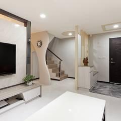 小坪數樓中樓翻新:  走廊 & 玄關 by Green Leaf Interior青葉室內設計, 現代風