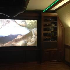 Salas multimedia de estilo  por Салон домашних кинотеатров ТЕХНОКРАТ