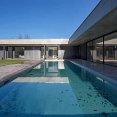 Piscinas de estilo  por Hugues TOURNIER Architecte, Industrial