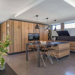 maison onet l eglise: Cuisine de style de style Industriel par Hugues TOURNIER Architecte