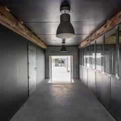 maison onet l eglise: Couloir et hall d'entrée de style  par Hugues TOURNIER Architecte