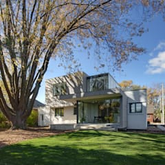 The Hambly House: modern Garden by dpai architecture inc