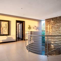 Home on a hill:  Corridor & hallway by FRANCOIS MARAIS ARCHITECTS