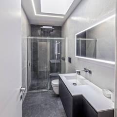 SF HOUSE: Bagno in stile  di SANSON ARCHITETTI