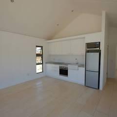 50m2 Sugar Gum Cladded home with decking - work in progress.:  Kitchen by Greenpods