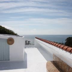 秋谷 CASA Y/Y: Mアーキテクツ|高級邸宅 豪邸 注文住宅 別荘建築 LUXURY HOUSES | M-architectsが手掛けたテラス・ベランダです。,ラスティック コンクリート