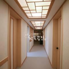 Corridor, hallway by 한옥공간