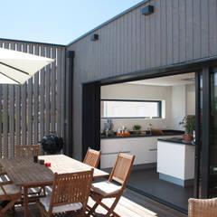 Extension d'une maison individuelle à Maxéville: Terrasse de style  par nine architectes,