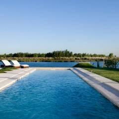Pileta y lago: Piletas de estilo  por CIBA ARQUITECTURA
