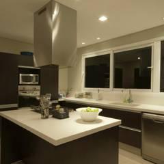Arquitectura sensible y emocional: Cocinas de estilo  por CIBA ARQUITECTURA