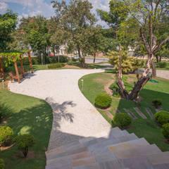Paisagismo Residencial conjunto - Vizinhos: Jardins  por Roncato Paisagismo e Comércio de Plantas Ltda