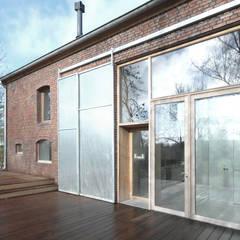 Jeanne Dekkers Architectuur verbouwd traditionele boerderij op bijzondere manier :  Terras door JEANNE DEKKERS ARCHITECTUUR