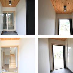 Couloir et hall d'entrée de style  par 지성하우징