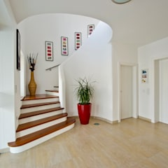 Corridor & hallway by WimbergerHaus