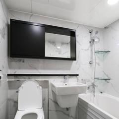 천연 나무 벽지와 대리석 욕실 리모델링, 부천 상동 34평 인테리어: 금화 인테리어 의  욕실