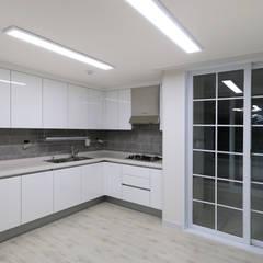 천연 나무 벽지와 대리석 욕실 리모델링, 부천 상동 34평 인테리어: 금화 인테리어 의  주방,지중해