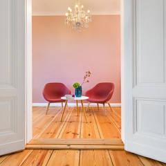 Beratungsraum in rosa:  Bürogebäude von CONSCIOUS DESIGN - INTERIORS