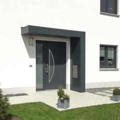 Eingangsüberdachung, Vordach für Haustüren von Siebau: moderne Häuser von homify
