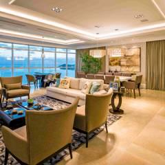 Living e jantar: Salas de estar clássicas por TRÍADE ARQUITETURA