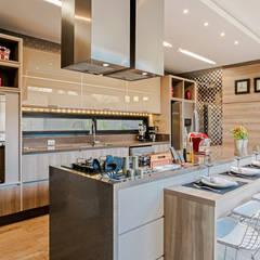 COZINHA GOURMET: Cozinhas  por TRÍADE ARQUITETURA