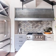 Cocinas de estilo colonial por Christopher Architecture & Interiors