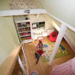 :  Nursery/kid's room by Boldt Innenausbau GmbH - Tischlerei & Raumkonzepte