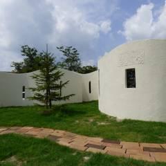 塗り壁に付けられた記念手形があるおしゃれなお庭 | エクステリア&ガーデンデザイン専門店 エクステリアモミの木: エクステリアモミの木 | エクステリア&ガーデンデザイン専門店が手掛けた庭です。
