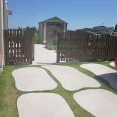 カースペースと木製フェンス | エクステリア&ガーデンデザイン専門店 エクステリアモミの木: エクステリアモミの木 | エクステリア&ガーデンデザイン専門店が手掛けたガレージです。