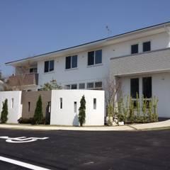 クリニックのシンプルモダンデザインの塗り壁   エクステリア&ガーデンデザイン専門店 エクステリアモミの木: エクステリアモミの木   エクステリア&ガーデンデザイン専門店が手掛けた病院です。