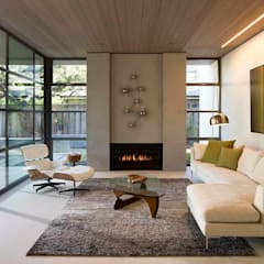 The Lantern House:  Living room by Feldman Architecture