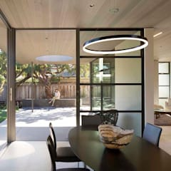 The Lantern House:  Dining room by Feldman Architecture