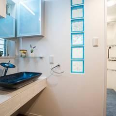 「さりげないリゾート感」のある白壁とオレンジ屋根の住まい: QUALIAが手掛けた浴室です。