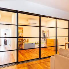 O邸-「リビング隣の個室、どう使うか問題」について考える: 株式会社ブルースタジオが手掛けたリビングです。