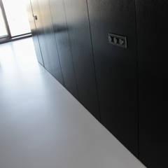 Lichtgrijze gietvloer in loft te Amsterdam:  Muren door Motion Gietvloeren