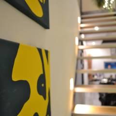 K-MÄLEON Doppelhaus:  Flur & Diele von K-MÄLEON Haus GmbH