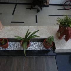 Pasillos y vestíbulos de estilo  por RAVI - NUPUR ARCHITECTS, Moderno