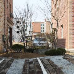 마송 다가구주택: 비온후풍경 ㅣ J2H Architects의  차고