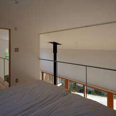 湖沼に建つ家: toki Architect design officeが手掛けた寝室です。