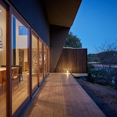 بلكونة أو شرفة تنفيذ toki Architect design office,