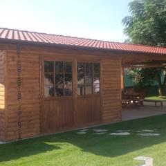 Garage con tettoia laterale: Garage/Rimessa in stile  di Arredo urbano service srl