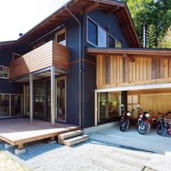 人生を豊かにしてくれるウッドデッキとバイクガレージ: 株式会社 建築工房零が手掛けたガレージです。
