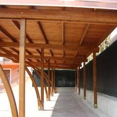 Carport in legno : Garage/Rimessa in stile  di Arredo urbano service srl