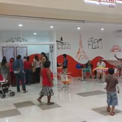 """Local comercial """"CREPERIA"""" en funcionamiento: Centros Comerciales de estilo  por M4X"""