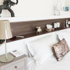 Un appartement moderne entre blanc et bois : Chambre d'enfant de style de style Moderne par ATELIER FB