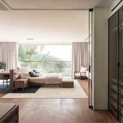 Aureus:  Bedroom by Sensearchitects Limited