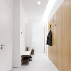 Quercus Alba:  Corridor & hallway by Sensearchitects_Limited