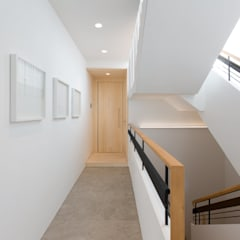 Quercus Alba:  Corridor & hallway by Sensearchitects Limited