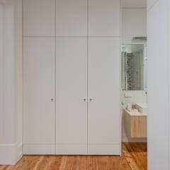 Quarto de vestir | Walking closet: Closets  por FMO ARCHITECTURE